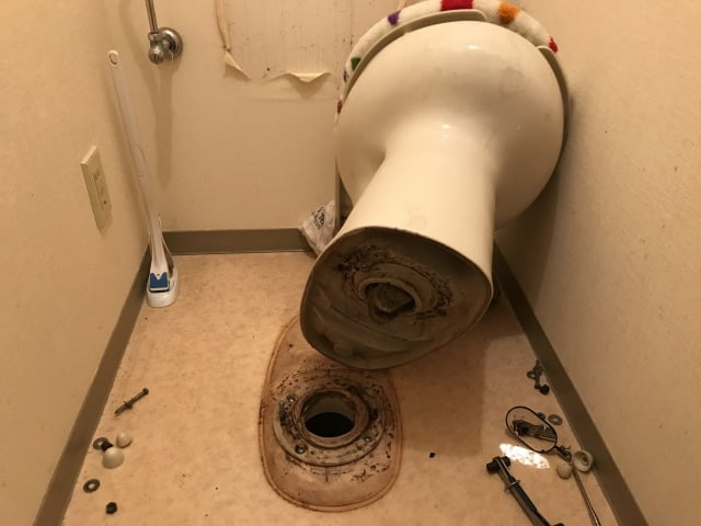 トイレつまり便器を外す