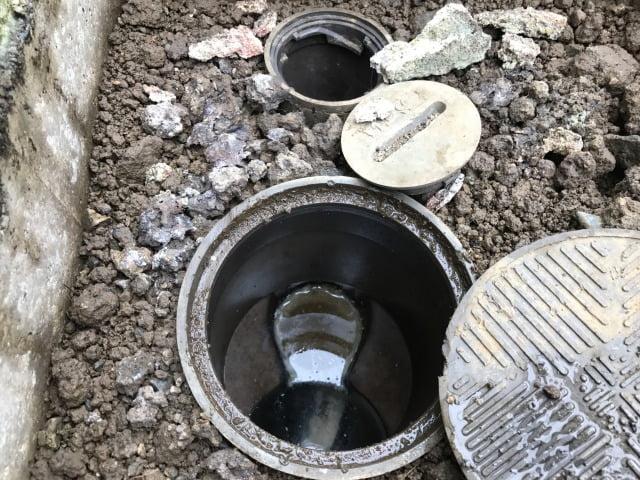 塩ビ桝の掃除口から高圧洗浄
