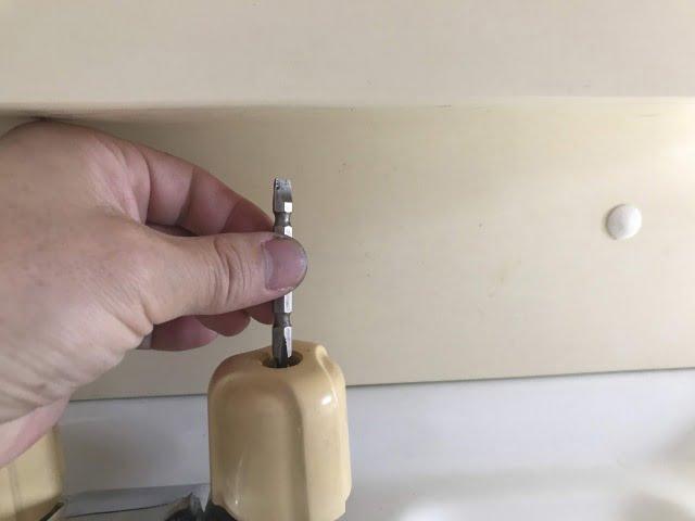 洗面台水栓のネジを外す